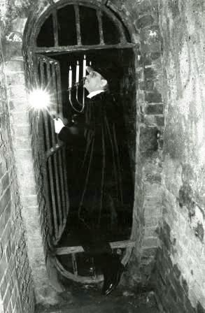 London Ghost Tour Guide in Alleyway.